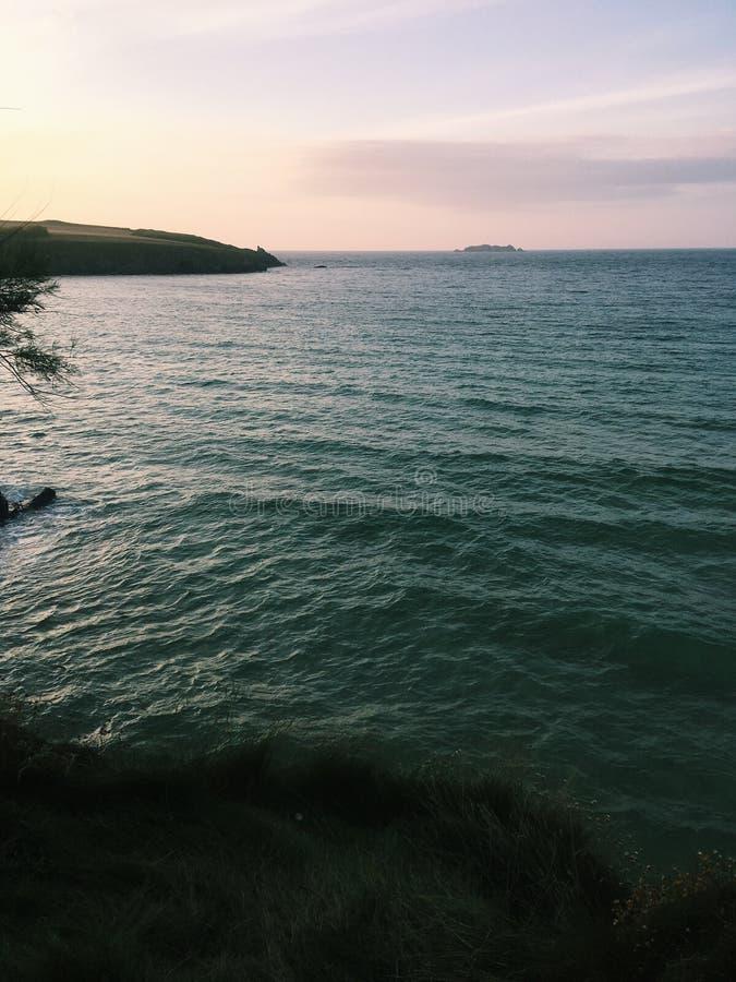 Coucher du soleil sur la mer photo libre de droits