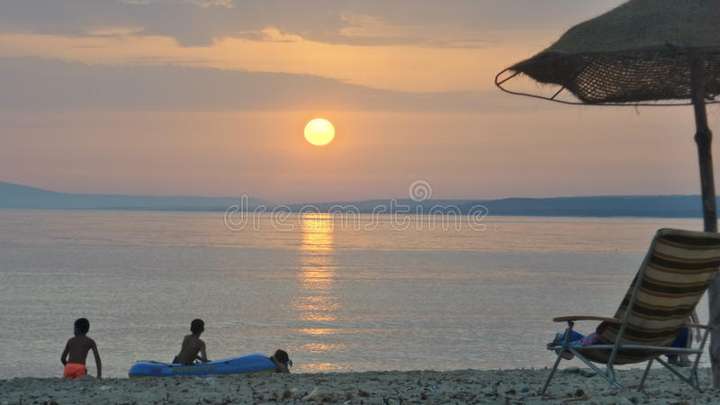 Coucher du soleil sur la mer photos libres de droits