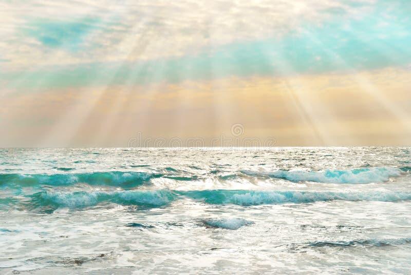 Coucher du soleil sur la mer bleue avec des vagues images stock