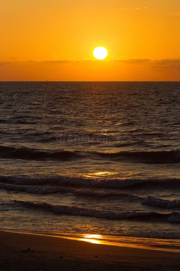 Coucher du soleil sur la mer Méditerranée images libres de droits