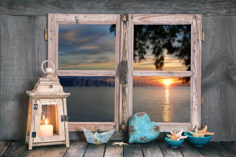 Coucher du soleil sur la mer - relaxation avec une bougie à la maison. photographie stock