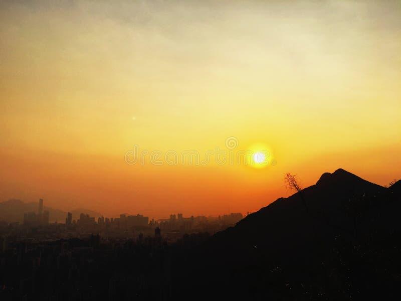 Coucher du soleil sur la montagne images stock