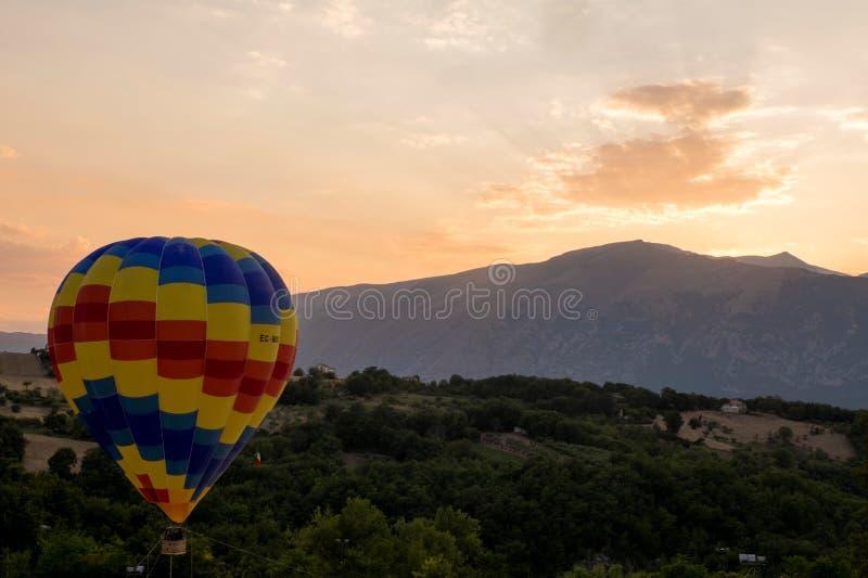 Coucher du soleil sur la montgolfière photo stock