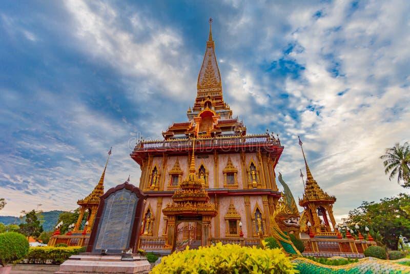 coucher du soleil sur la pagoda du temple de Chalong Wat Chalong est le plus grand et plus vénéré à Phuket image libre de droits