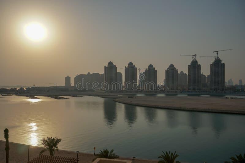Coucher du soleil sur la perle Doha de golfe photo stock