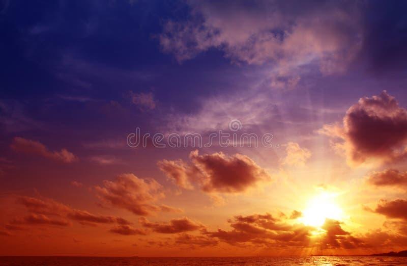 Coucher du soleil sur la plage. photographie stock