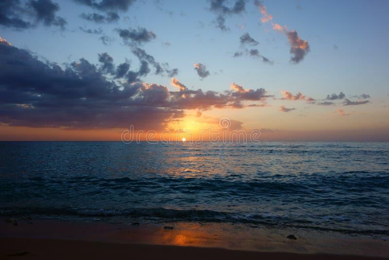 Coucher du soleil sur la plage au Trinidad, Cuba photo stock