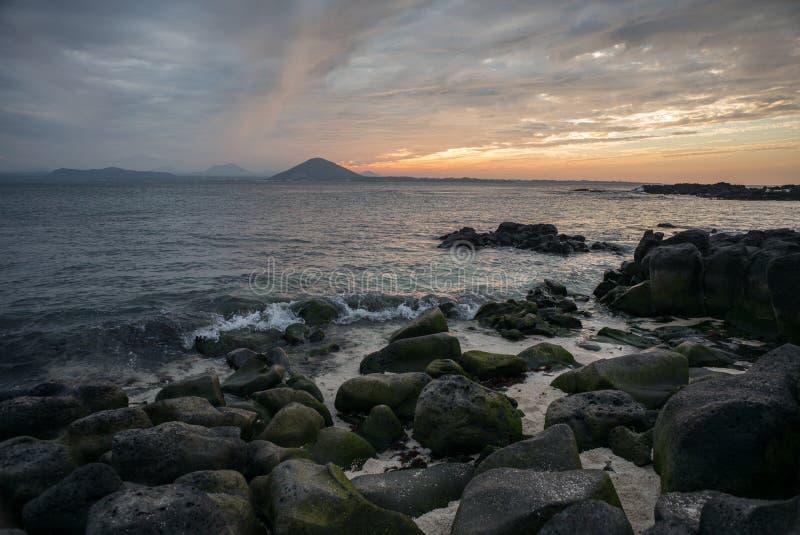 Coucher du soleil sur la plage avec le beau ciel, paysage de nature image libre de droits