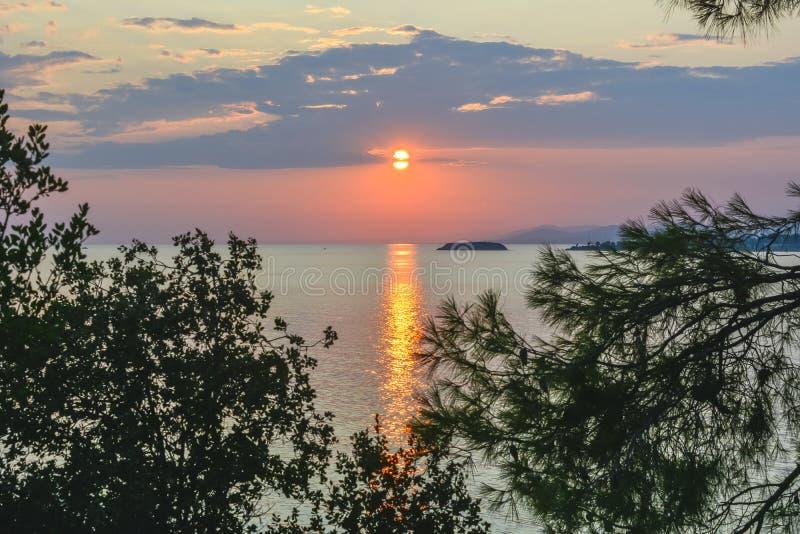 Coucher du soleil sur la plage d'Akti Koviou sur Sithonia, Chalkidiki, Grèce photographie stock