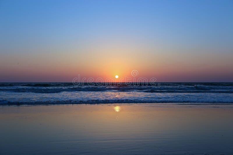 Coucher du soleil sur la plage dans l'Inde photos libres de droits