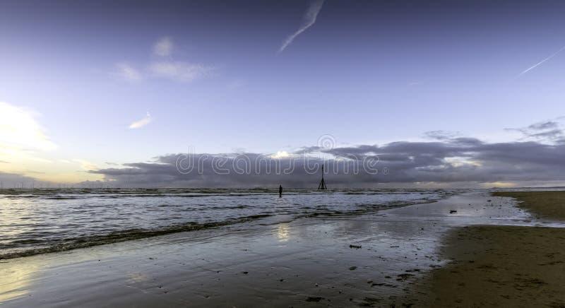 Coucher du soleil sur la plage de Crosby en hiver, Crosby, Liverpool, R-U photographie stock libre de droits