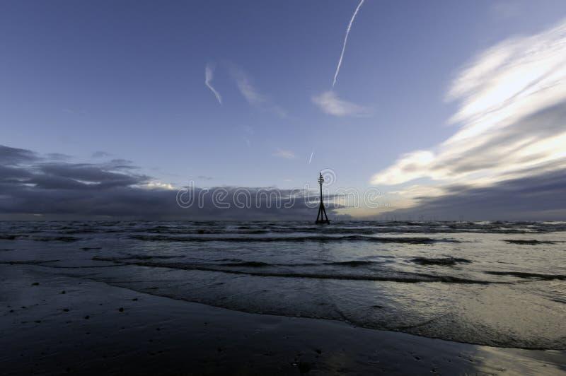 Coucher du soleil sur la plage de Crosby en hiver, Crosby, Liverpool, R-U photo libre de droits