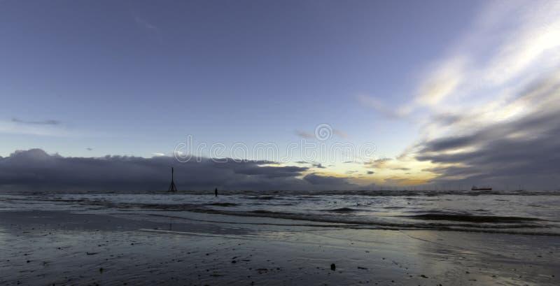 Coucher du soleil sur la plage de Crosby en hiver, Crosby, Liverpool, R-U images libres de droits