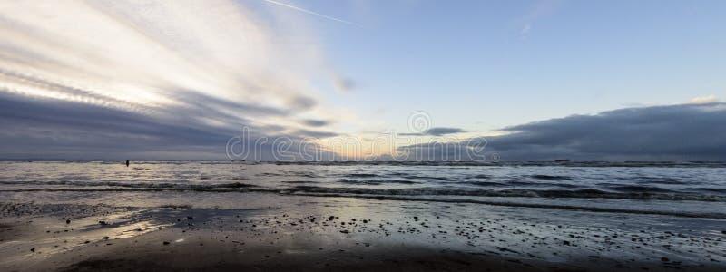 Coucher du soleil sur la plage de Crosby en hiver - panorama, Crosby, Liverpool, R-U image stock