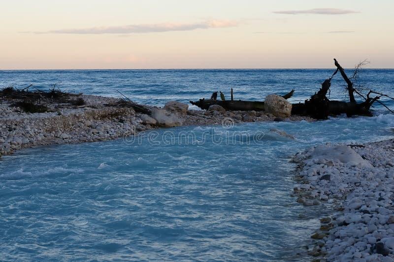 Coucher du soleil sur la plage de la mer des Caraïbes, République Dominicaine  photos libres de droits