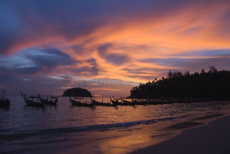 Coucher du soleil sur la plage de Phuket, Thaïlande photos stock
