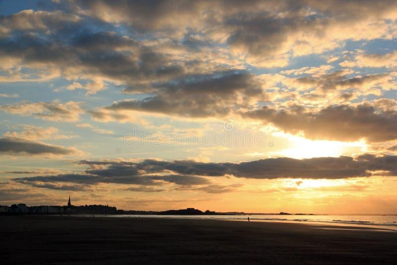 Coucher du soleil sur la plage de St Malo Brittany France photo libre de droits
