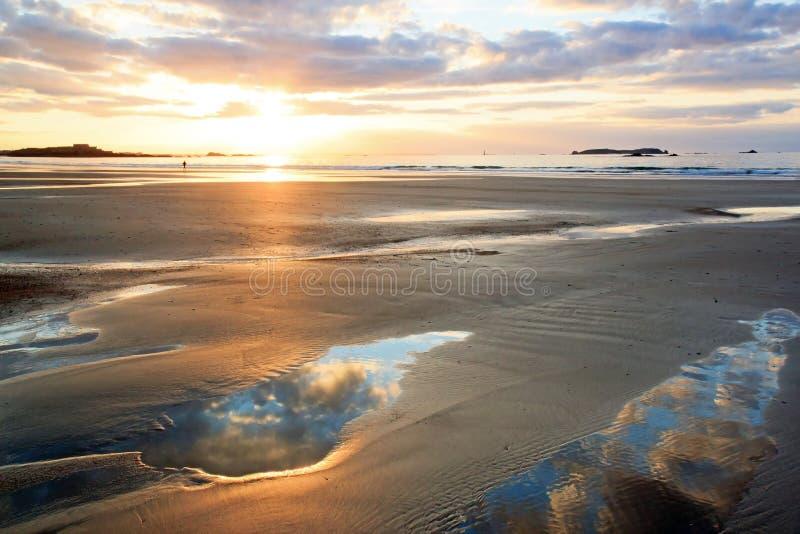 Coucher du soleil sur la plage de St Malo Brittany, France photos libres de droits