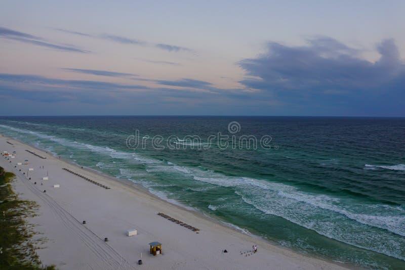 Coucher du soleil sur la plage la Floride de Panamá City images libres de droits
