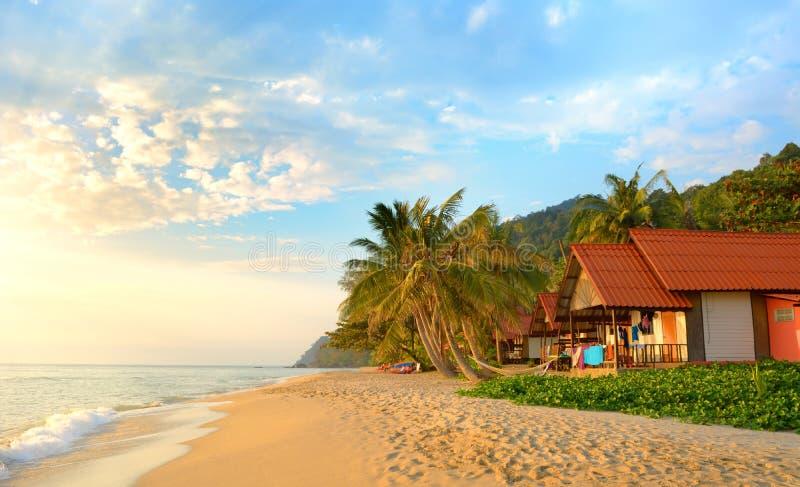 Coucher du soleil sur la plage. Koh Chang, photo libre de droits
