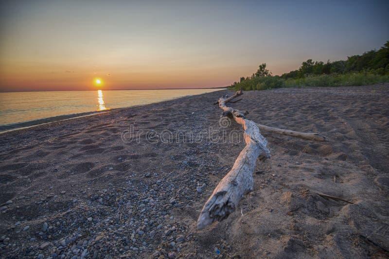 Coucher du soleil sur la plage du lac Érié au secteur de conservation de Pelee de point, sout images stock