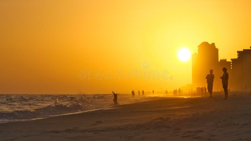 Coucher du soleil sur la plage orange Alabama avec le brouillard photos stock