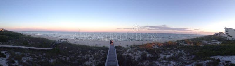 Coucher du soleil sur la plage privée image stock