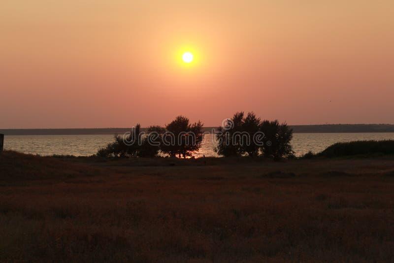 Coucher du soleil sur la rive image libre de droits