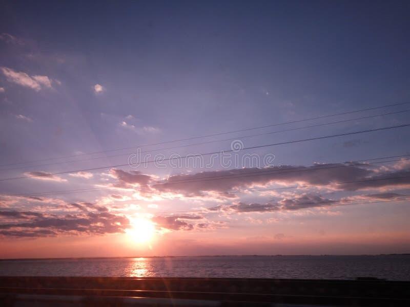 Coucher du soleil sur la rivière avec des nuages photos libres de droits
