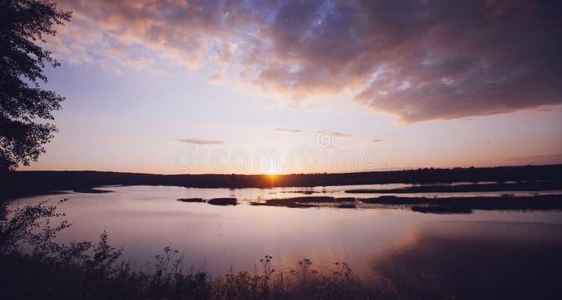 Coucher du soleil sur la rivière photo libre de droits