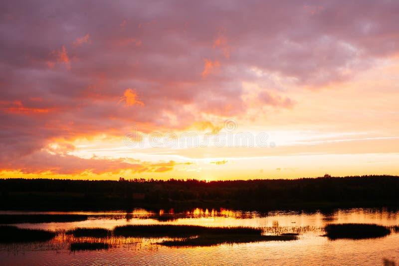 Coucher du soleil sur la rivière image libre de droits