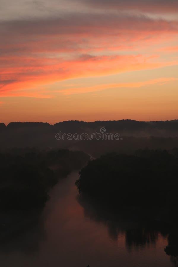 Coucher du soleil sur la rivière de caneyfork photographie stock libre de droits