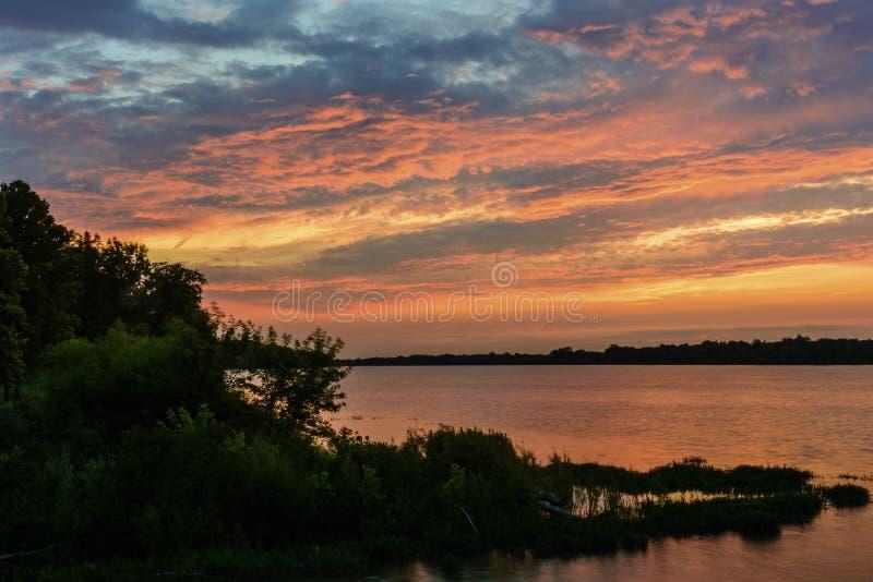 Coucher du soleil sur la rivière de Maumee image libre de droits