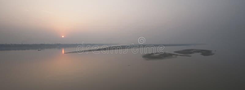 Coucher du soleil sur la rivière le Gange image libre de droits