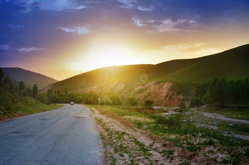 Coucher du soleil sur la route dans Tien Shan occidental, l'Ouzbékistan images libres de droits