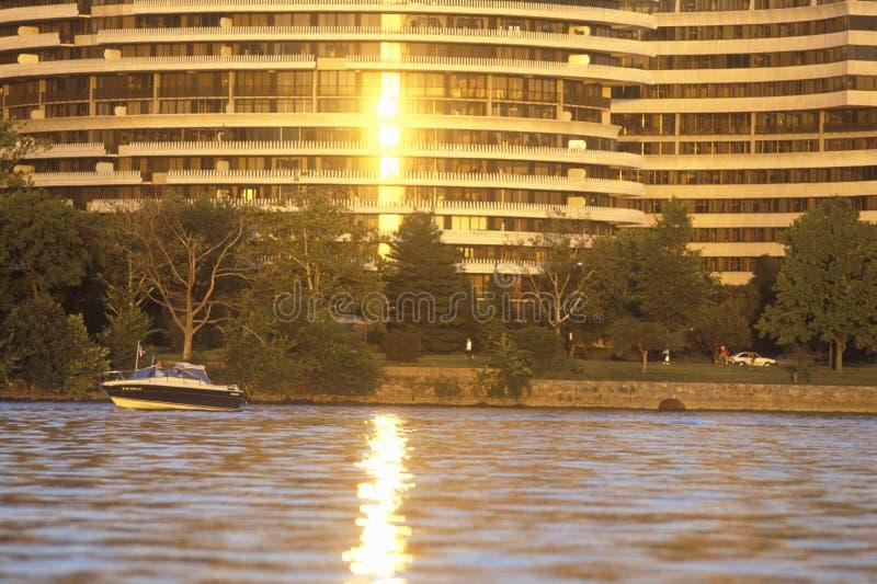 Coucher du soleil sur le bâtiment de fleuve Potomac et de Watergate, Washington, C.C photo libre de droits