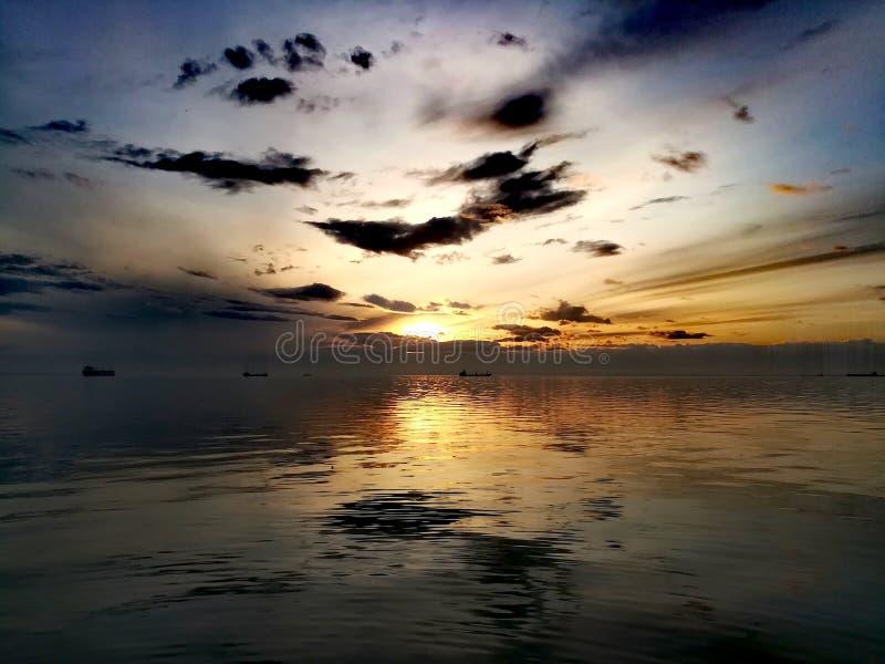 Coucher du soleil sur le bord de la mer photo libre de droits