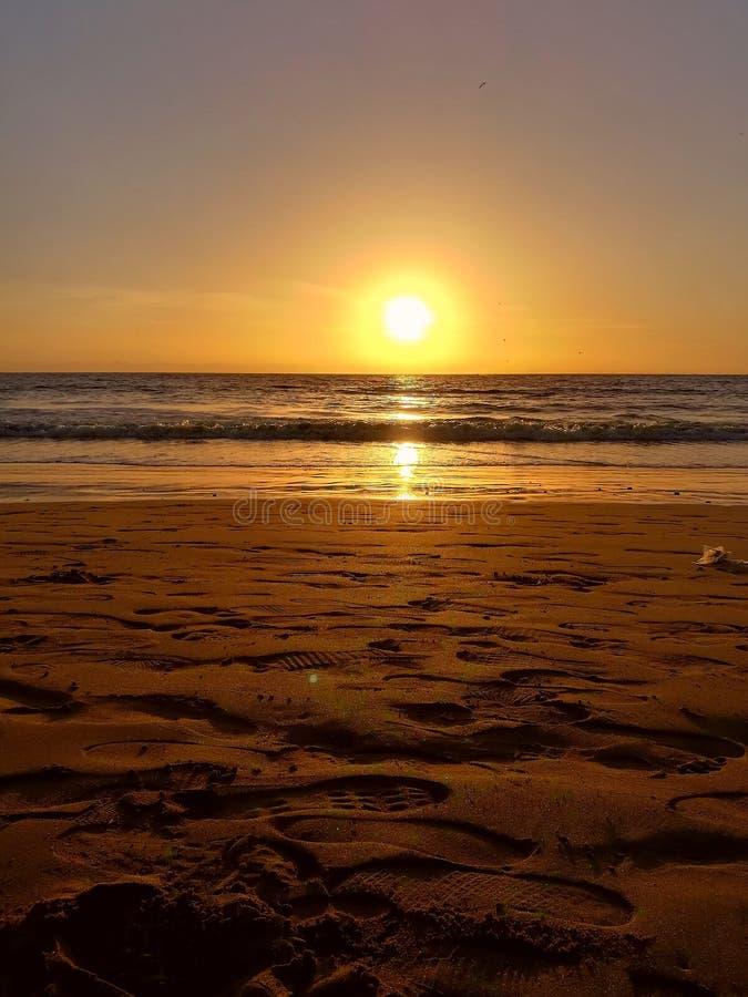 Coucher du soleil sur le bord de la mer images libres de droits