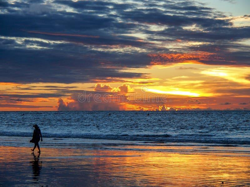 Coucher du soleil sur le bord de la mer photographie stock