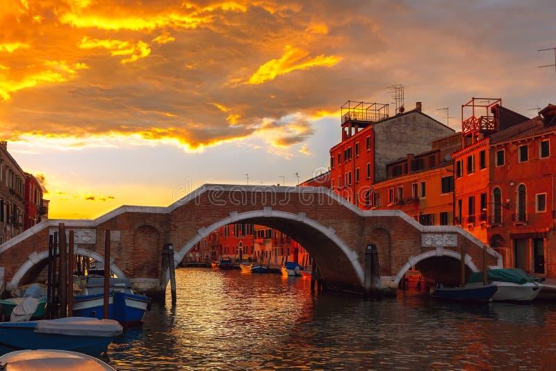 Coucher du soleil sur le canal Cannaregio à Venise, Italie photographie stock libre de droits