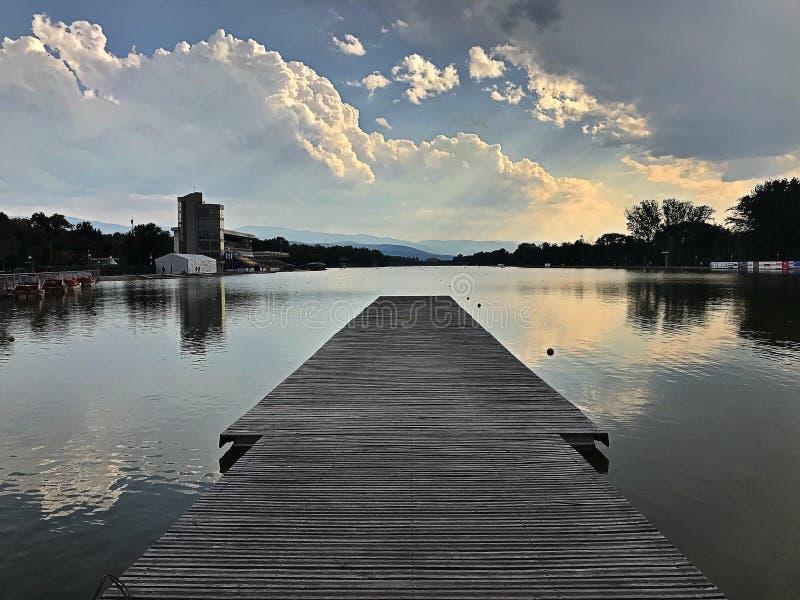 Coucher du soleil sur le canal d'aviron de Plovdiv images libres de droits