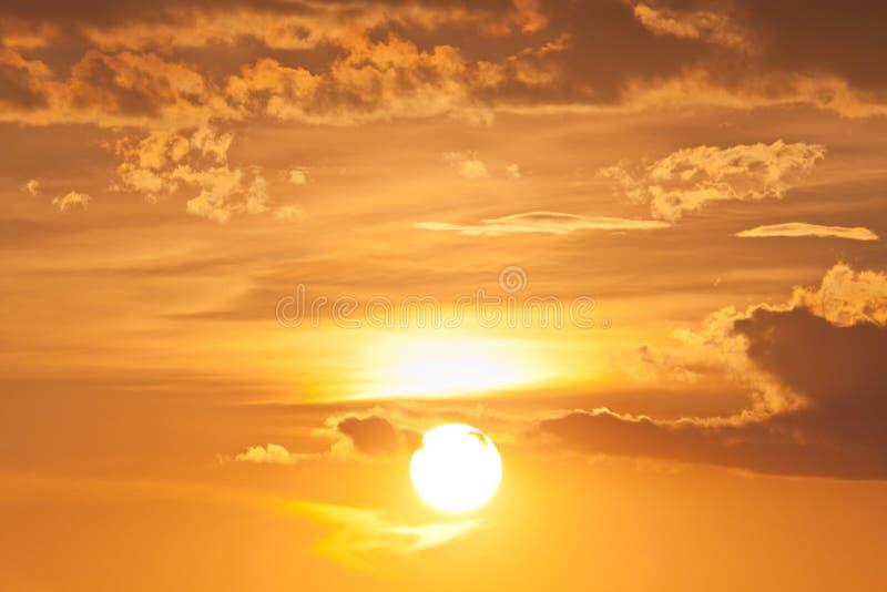 Coucher du soleil sur le cloudscape crépusculaire photos libres de droits