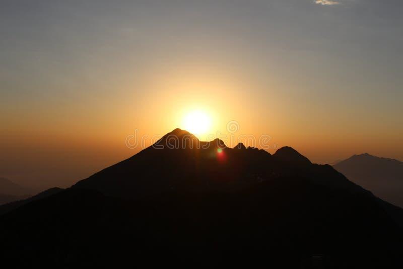 Coucher du soleil sur le dessus de la montagne image libre de droits