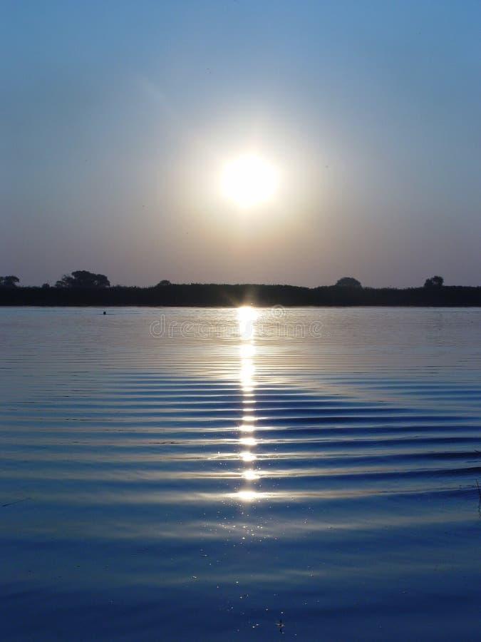 Coucher du soleil sur le fleuve images libres de droits