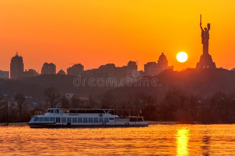 Coucher du soleil sur le fleuve dans la ville images stock