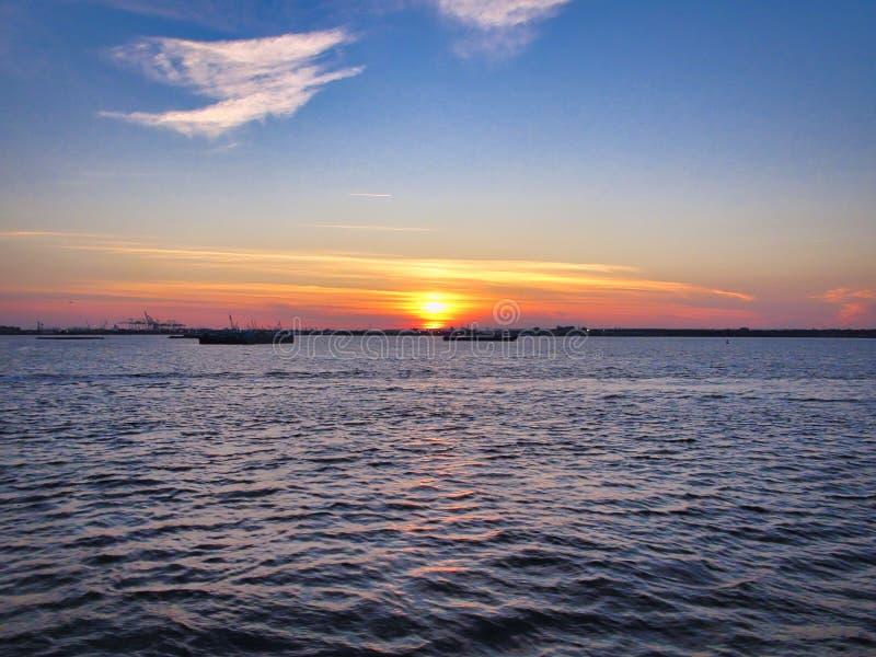 Coucher du soleil sur le fleuve de Hudson images stock
