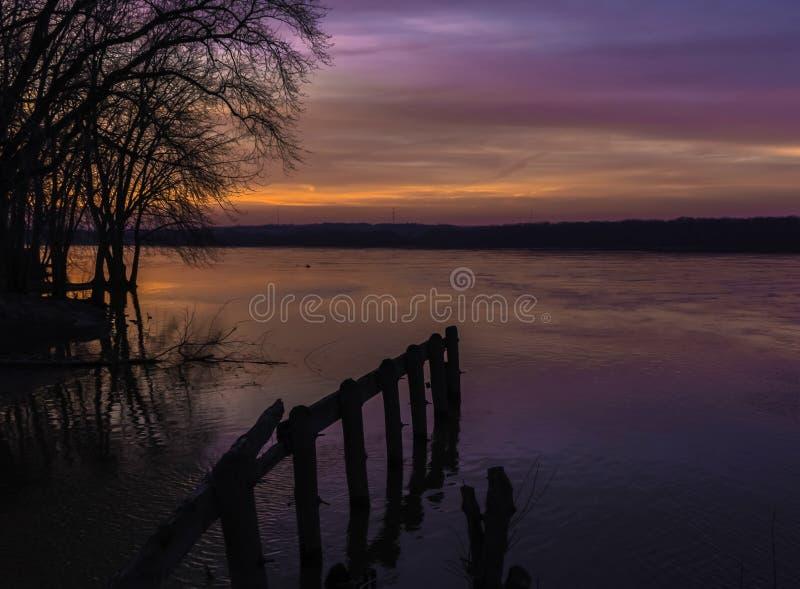 Coucher du soleil sur le Fleuve Mississippi photographie stock libre de droits