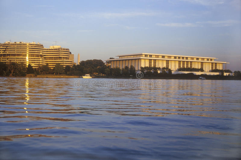 Coucher du soleil sur le fleuve Potomac, bâtiment de Watergate et Kennedy Center, Washington, C.C images stock