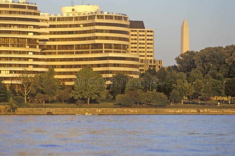 Coucher du soleil sur le fleuve Potomac, le bâtiment de Watergate et le monument national, Washington, C.C photo libre de droits