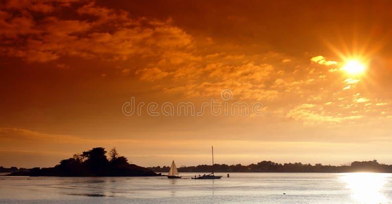 Coucher du soleil sur le golfe de brittany photos stock